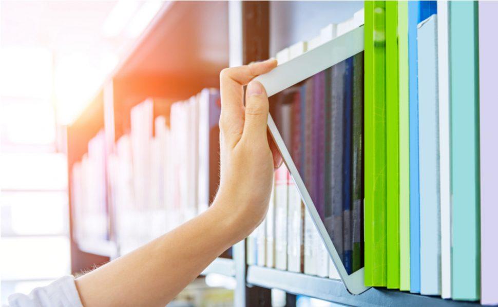 Tablet in Bücherregal Medienbildung