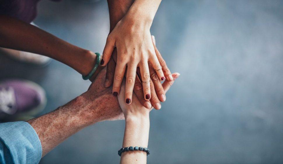 Hände als Symbolf für Inklusion und Teamarbeit