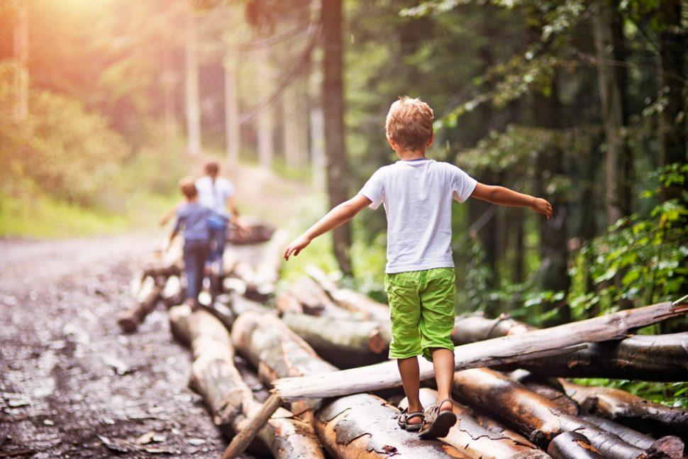 Balancierender Junge als Symbol für die Überwindung einer Traumatisierung