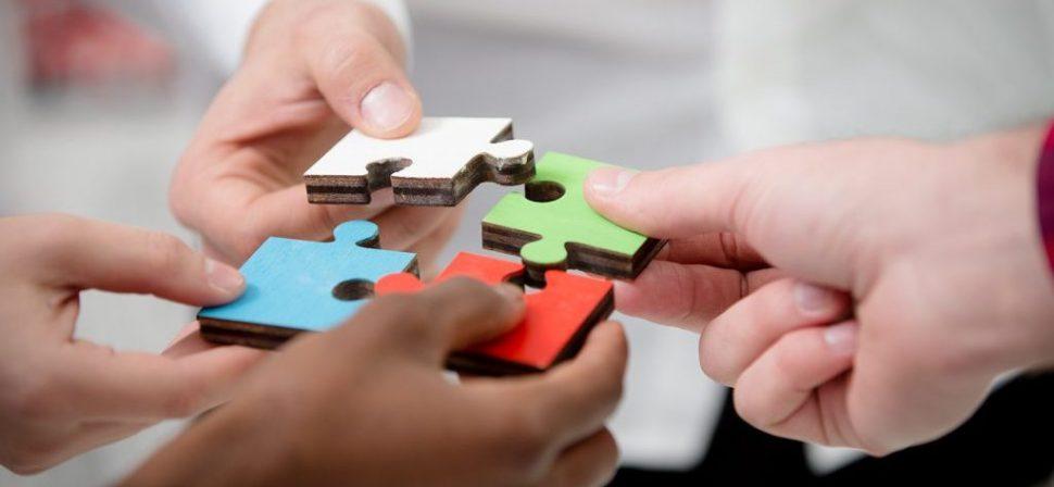 Puzzlestücke als Sinnbild für Teamwork sowie Heterogenität und Inklusion in der Schule